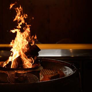 薪を使った古代の調理法で焼き上げるお肉を、コースで堪能。