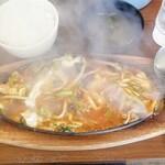 大衆中華 珍萬 - 料理写真:スタミナジュージュー。煙で見えんけど…