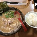 大岩亭 - 料理写真:チャーシューラーメン 無料大盛りごはん