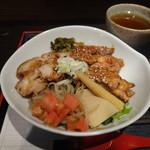 居酒屋じゃんけんぽん - 豚チャーシューと鶏照焼きのハーフ&ハーフ丼