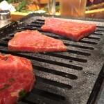 あか牛焼肉専門 和牛一頭流 肉萬 -