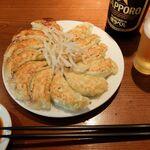 137643355 - 餃子とビール