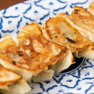 六花おすすめの名物料理。中でも「六花イベリコ豚餃子」は格別!