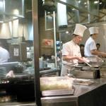 13766166 - セントラルオープンキッチン カニチャーハンを豪快に炒める 2013.4