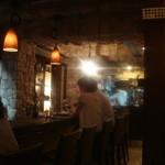 ワイン蔵で楽しむ美食 TERRA - 素敵な店内、カウンターは、カップルが良く似合う