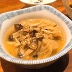純米酒 三品 - お通しのキノコのナムル
