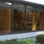 日本料理雲海 - 店内テーブル席から、中庭をはさんで団体様会食用の洋個室がみえます。