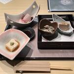 銀波 - 5,500円コースの小鉢と刺身