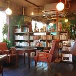 カフェ コチ - 店内写真~蔵書も漫画から幅広い品揃え~