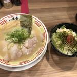 博多屋台ラーメン 一幸舎 - 豚骨チャーシュー麺 博多明太丼