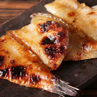 干物や鮮魚の旨味を香ばしく味わう、炭火焼きをお楽しみください