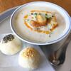 東京豆漿生活 - 料理写真:豆漿とごま餅、ピーナツ餅のチョイスで ¥1000くらい 豆乳スープは干しエビの出しと大根に黒酢がほんのり、たっぷりの温かいふわふわのおぼろ豆腐に油条とネギがトッピング。ホロホロのパイ状の皮にぎっしりほんのり甘いゴマあん、ピーナツあんの丸いのはかなり食べ応えあり。