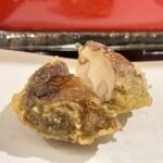 天冨良 天甲 -  椎茸・海老真薯  椎茸からジュンワリと旨味汁が溢れ、レモンをかけるのがとても美味しいです♪