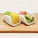 尾張菓子きた川 - 料理写真:ふわふわの羽二重餅と旬のフルーツを使用した大人気のフルーツ羽二重です。季節によってフルーツが変わります。
