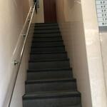 葡萄舎 - 階段正面にエレベーター