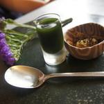 茶房 雲母 - 宇治白玉あんみつ(700円)には、抹茶の蜜とお漬物がつきます。お花が綺麗♪
