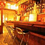 日本再生酒場 - カウンターで店のスタッフと話しながら飲むのも楽しい。レトロな雰囲気の店内も落ち着く。