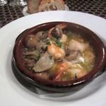 タパタパ - エビとマッシュルームのスープ煮込み、このスープも美味しかったんでパンは大忙しです。
