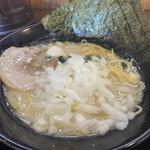 横浜家系ラーメン 一四家 - 料理写真:塩豚骨ラーメン、刻み玉ねぎ投入