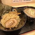 らーめん  破ぐん星 - つけ麺 環七系(普通盛)の全景 スープ丼の外側の白い模様は脂です!