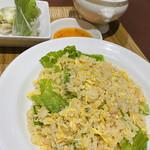 ドラゴンレッドリバー - 料理写真:蟹レタスチャーハンセット ふかひれスープと生春巻きつき