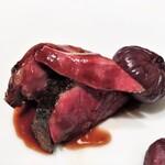 137834973 - 贈り物 フランス産鳩肉のロースト ポートワイン漬けの乾燥無花果添え