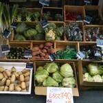 Korosseonakameguro - 店頭販売の野菜達です(*´艸`*)♫             レタスがコレで40円驚きです〜Σ(゚∀゚ノ)ノ買ったのあるので断念…