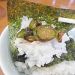 家丸 - 【ご飯を楽しむワザ・6】スープを吸った海苔で、辛い漬物とご飯を巻いて食べます。旨いよ。
