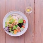 MUKU cafe - 有機野菜たっぷりのサラダうどん。アクセントに黄色い唐辛子が効いています。