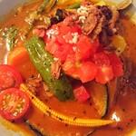 無添加薬膳スープカレー COSMOS - 20種類の野菜と豚角煮のスープカレーのアップ。