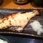 炉端焼 魚然 - 本日の焼魚とマグロ山かけ定食の焼魚(赤魚 西京焼)