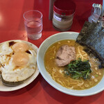 横浜家系ラーメン 黄金家 - ラーメン並 目玉焼き丼