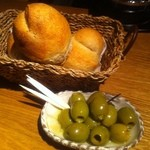 ラ コシーナ デル クアトロ - お通し 自家製パンとオリーヴ