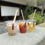 MUKU cafe - 毎月第2日曜日開催「むく空マルシェ」第1回で登場の、ノンアルコールサングリア赤と白・花茶園さんのタピオカチャイ
