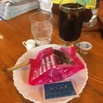 待合室 - マフィン(チョコレート)・アイスコーヒー
