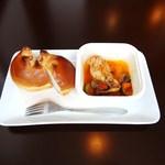 ピニョン - くるみパン+チキンのトマト煮