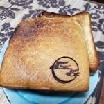 天然酵母の食パン専門店 つばめパン&Milk - トーストしたら焦げてしまいました(笑)裏面が真っ黒(笑)