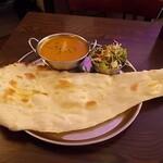 インド ダイニング&バー Nataraja - カレーとナンとサラダ