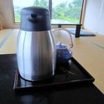 THE OLD VILLAGE - 2階のお座敷に座ると店員の方がお茶を届けてくれました。