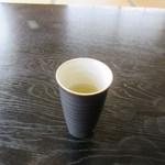 THE OLD VILLAGE - お茶を飲みながら定食が来るのを待ちます。