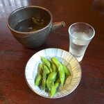 手挽きそば 蔵之内 - 父が注文した冷酒「大信州」(¥650)、お通しは枝豆