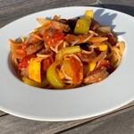 エヌクレア - エゾシカ肉ソーセージと農園野菜のトマトソースパスタ