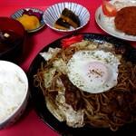 とみくら - 料理写真:焼きそば定食(880円税込)