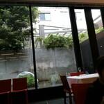 137961104 - カプレーゼに乗っていたバジルはこの中庭で栽培されているようです。素敵!