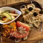 Beef Labo - トマトとニンジンのマリネ、ピクルス、タマネギとサーモンのマリネ