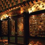 沖縄 肉酒場 ぬちぐすい - ショーウインドーにはたくさんの