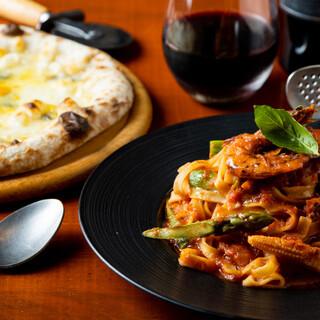 店内仕込みの自家製ピザや生パスタなど、イタリアンも自慢の一つ
