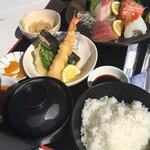 さしみ屋 - 刺身定食は天ぷらも付いてくる。。こちらもボリュームありますねー