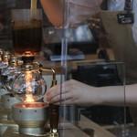 スターバックス リザーブ ロースタリー トウキョウ - カウンターでは実際にコーヒーを入れる様子が見えます
