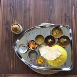スパイスカレー コフタ - 料理写真:カレープレートとレモンピクルス